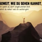 Motivation Spruch - Gehe soweit du sehen kannst - Bergkette bei Nebel im Sonnenschein