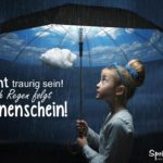 Mädchen mit Regenschirm im Regen. Unter dem Schirm scheint die Sonne