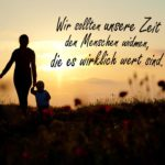 Sprüche zum Nachdenken - Muter mit ihren Kindern spazieren