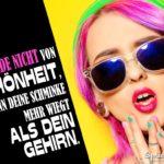 Zu viel Schminke - lustiger Spruch - Frau mit rosa Haaren, extrem geschminkt und Sonnenbrille