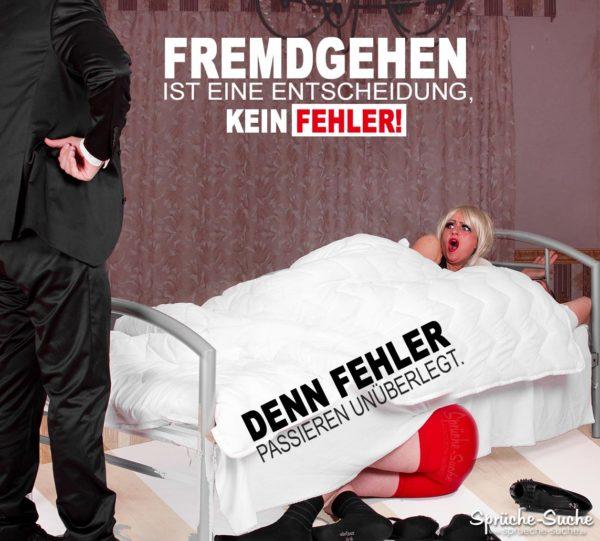 Mann erwischt seine Frau beim Fremdgehen im Bett liegend, der Liebhaber versucht sich unterm Bett zu verstecken
