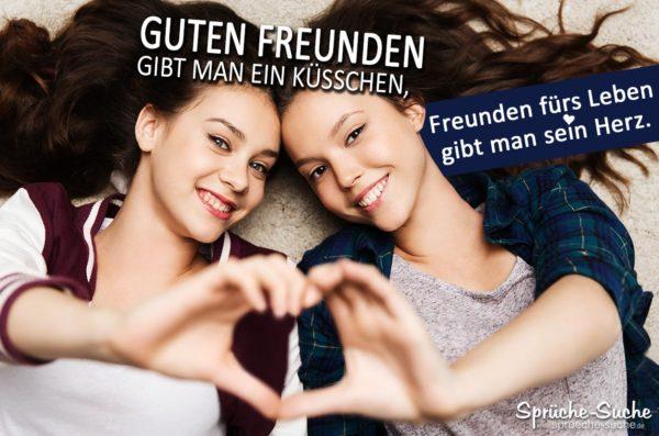 Freunde fürs Leben - Spruchbild mit zwei Freundinen die aus ihren Händen ein Herz formen