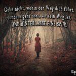 Motivation Spruch - Frau im dunklen Wald