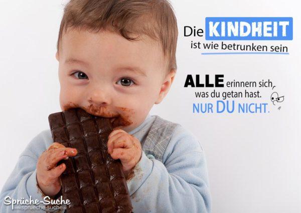 Kleiner Junge beißt mit seinem schokoladen verschmierten Mund in eine große Tafel Schokolade - Lustiger Spruch über die Kindheit