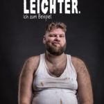 Lustige Sprüche über sich sebst - dick sein | Übergewichtiger Mann im dreckigen Unterhemd