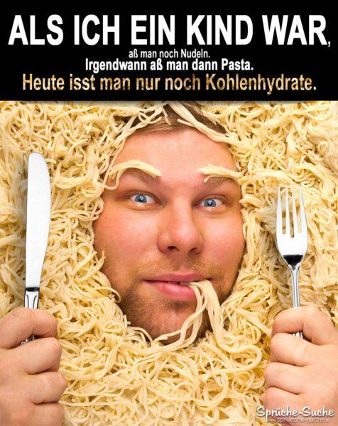 Nudeln, Pasta, Kohlenhydrate - Spruch mit Mann, der aus einem Nudelberg heraus schaut und Messer und Gabel in der Hand hat