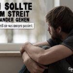 Spruch zum Nachdenken - nie im Streit auseinandergehen - trauriger Mann sitzt am Fenster