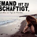 Spruch zum Nachdenken - Traurige Frau sitz bei schlechtem Wetter am Meer