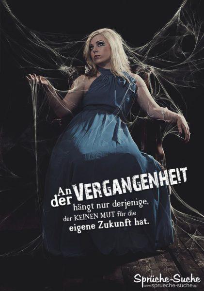 Vergangenheit und Zukunft - Sprüche und Lebensweisheiten | Frau auf altem Stuhl gefangen in Spinnweben