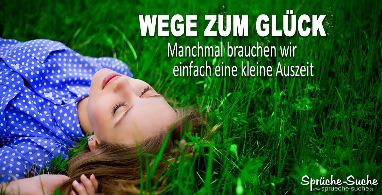 Frau auf grüner, saftiger Wiese mit geschlossenen Augen nimmt sich eine Auszeit