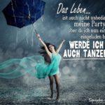 Frau im kurzen Kleid tanzt mit blauen Regenschirm im Regen