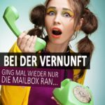 Lustige unvernünftig Sprüche - Frau mit altem grünen Schnurtelefon in der Hand