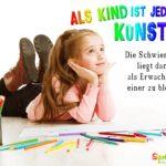 Kind mit vielen bunten Stiften liegt auf Boden und malt