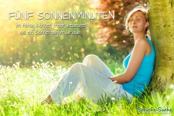 Ruhe und Entspannung im Alltag Spruch - Frau ruht sich an Baum gelehnt in der Sonne aus
