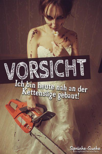 Blutverschmierte Frau im weißen Kleid mit einer Kettensäge in der Hand
