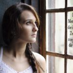 Ratlose Frau am Fenster - Spruch zum Nachdenken