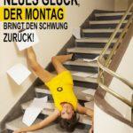 Frau mit Akten stürzt die Treppe hinunter - Schwarzer Montag