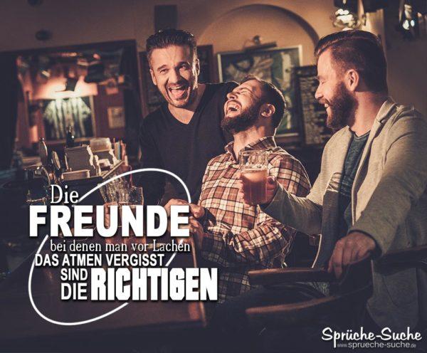 3 Freunde in einer Bar: Spruch Freundschaft - Die richtigen Freunde lachen zusammen