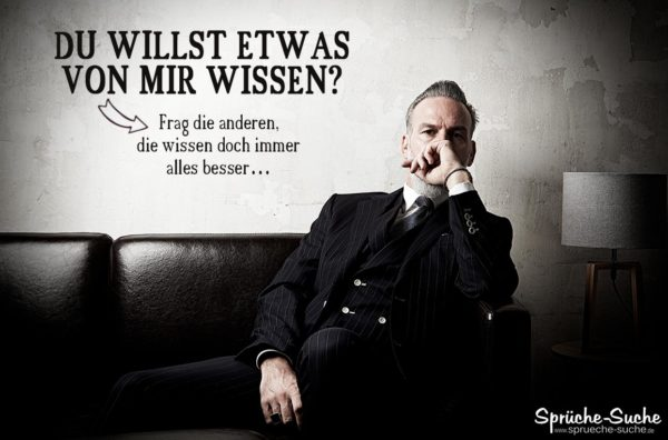 Verschlossener Mann im Anzug auf schwarzem Sofa als nachdenkliches Spruchbild