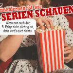 Us Mädchen mit gepunkteten Kleid sitz mit Popcorn im Kino