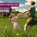 Gute Mutter Sprüche - Mutter mit Tochter spielt auf grüner Blumenwiese