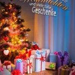 Schön geschmückter Weihnachtsbaum mit vielen tollen Geschenken rings herum als Weihnachtskarte