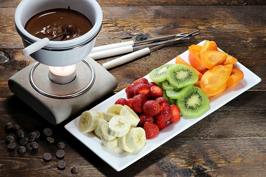 Schokoladenfondue mit vielen frischen Früchten