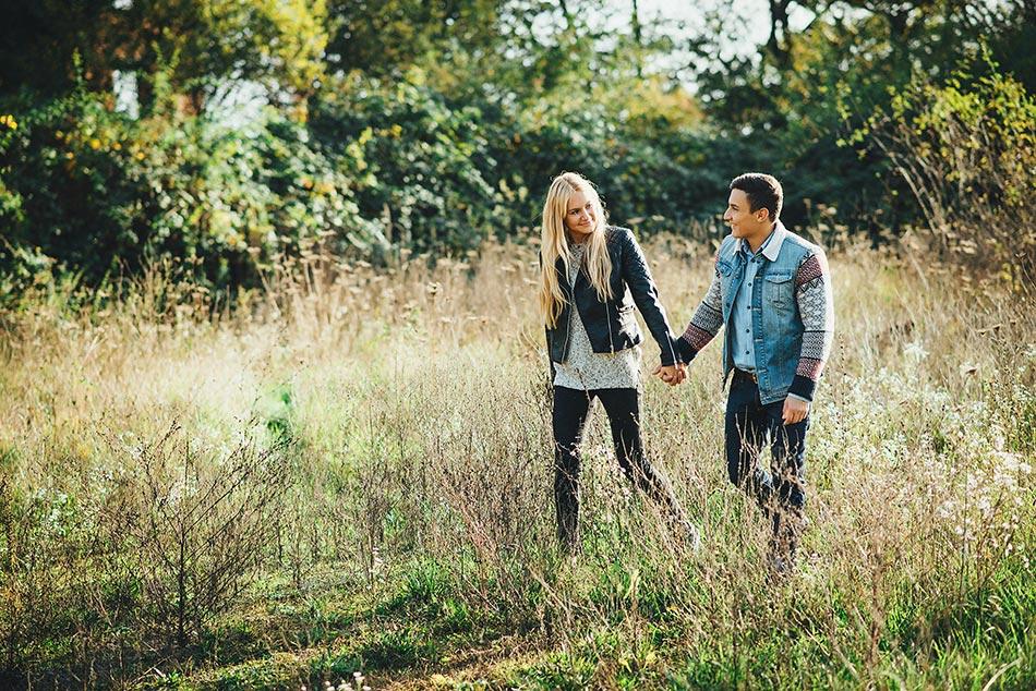 Verliebtes Paar macht Spaziergang im Park