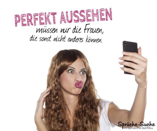 Perfekt aussehen - Lustiger Spruch zum Nachdenken mit Frau, die ein Selfi von sich macht