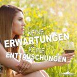 Erwartungen und Enttäuschungen Spruch | Frau alleine mit Weinglas in der Hand