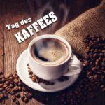 Weiße Kaffeetasse gefüllt mit Kaffee präsentiert auf einem Jutesack mit verstreuten Kaffeebohnen
