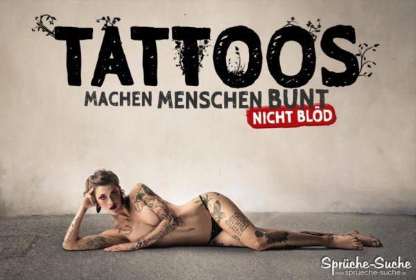 Pro Tattoo Sprüche - Schlanke Frau im Bikini mit vielen Tattoos