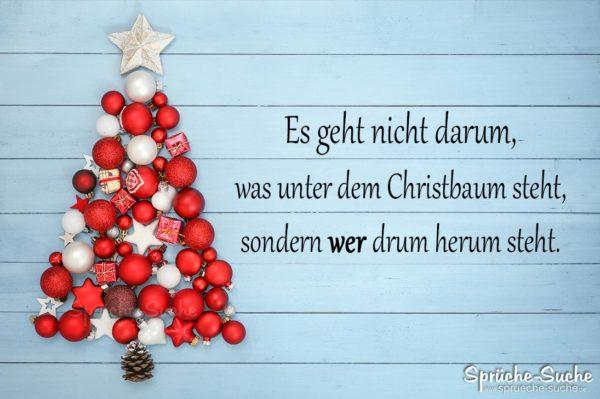 Nachdenkliche Sprüche zu Weihnachten - Christbaum aus Weihnachtskugeln und Sternen auf Holz