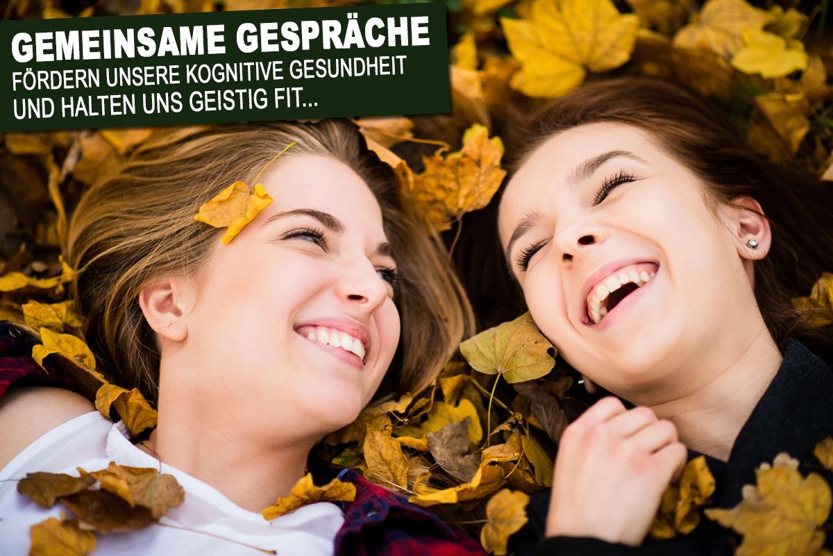 Warum Freunde so wichtig sind - Freunde stärken das Selbstbewusstsein - 2 Frauen liegen im Herbstlaub
