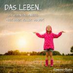 Junges Mädchen mit rosa Regenjacke auf Feld