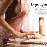 Frauen in die Küche Spruch - Sexy Frau mit Nudelholz beim Teig rollen