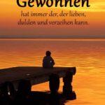Holzsteg am Meer mit junden bei Sonnenuntergang - Gewonnen hat immer der, der lieben, dulden und verzeihen kann.