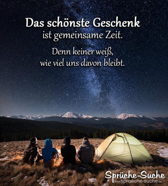 4 Freunde beim Zelten - Spruch zum Nachdenken - Das schönste Geschenk ist gemeinsame Zeit