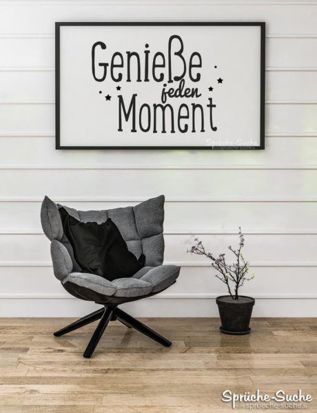 Genieße jeden Moment - Sessel vor Holzwand mit Spruch
