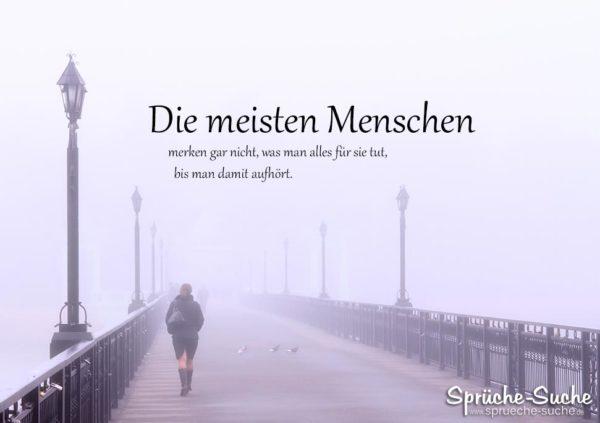 Die meisten Menschen - Steg mit Frau im Nebel