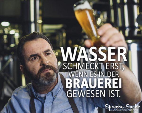 Mann mit Bier in der Hand - Bier Spruch - Wasser in Brauerei