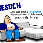 Mann in Jogginghose auf Sofa - Besuch in Jogginghose empfangen