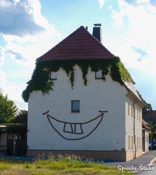 Haus mit Gesicht und lachendem Mund