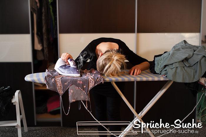 Frau beim Bügeln eingeschlafen