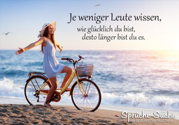 Frau auf Fahrrad am Strand - Je weniger Leute wissen wie glücklich du bist