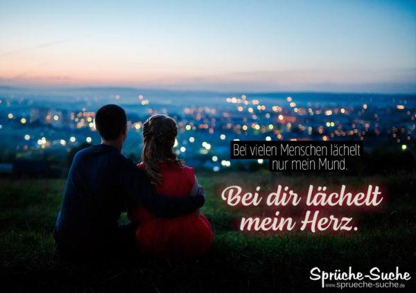 Pärchen auf Hügel vor Stadt - Liebe und lächeln Spruch