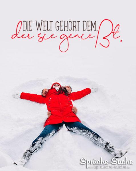 Frau macht Engel im Schnee - Schöner Spruch fürs Leben - Die Welt gehört dem der sie genießt.