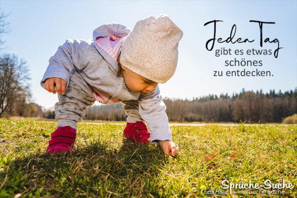Schöner Spruch zum Leben - Jeden Tag gibt es etwas schönes zu entdecken - Kind findet etwas auf Wiese