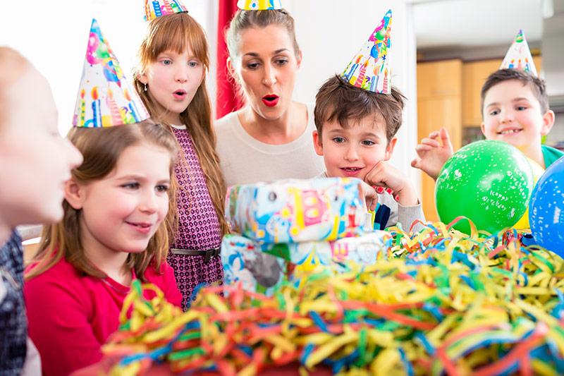 Kindergeburtstag mit Luftballons und Luftschlangen