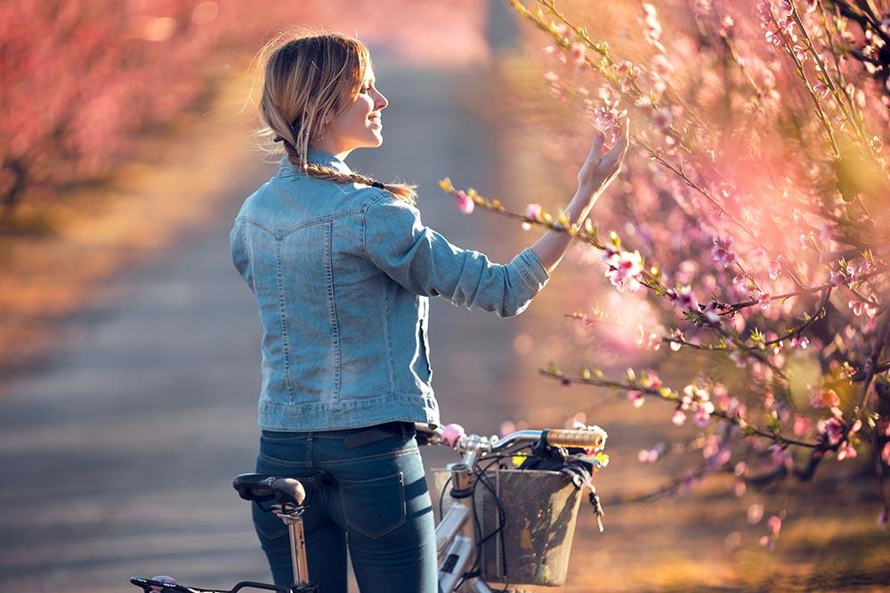 Frau mit Fahrrad - Lebensfreude Frühling